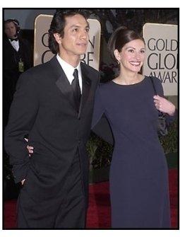 Benjamin Bratt and Julia Roberts at the 2001 Golden Globe Awards