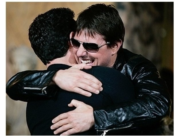 Tom Cruise hugs director JJ Abrams